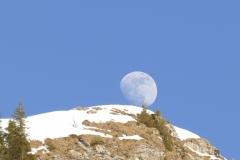 La lune se repose sur la montagne