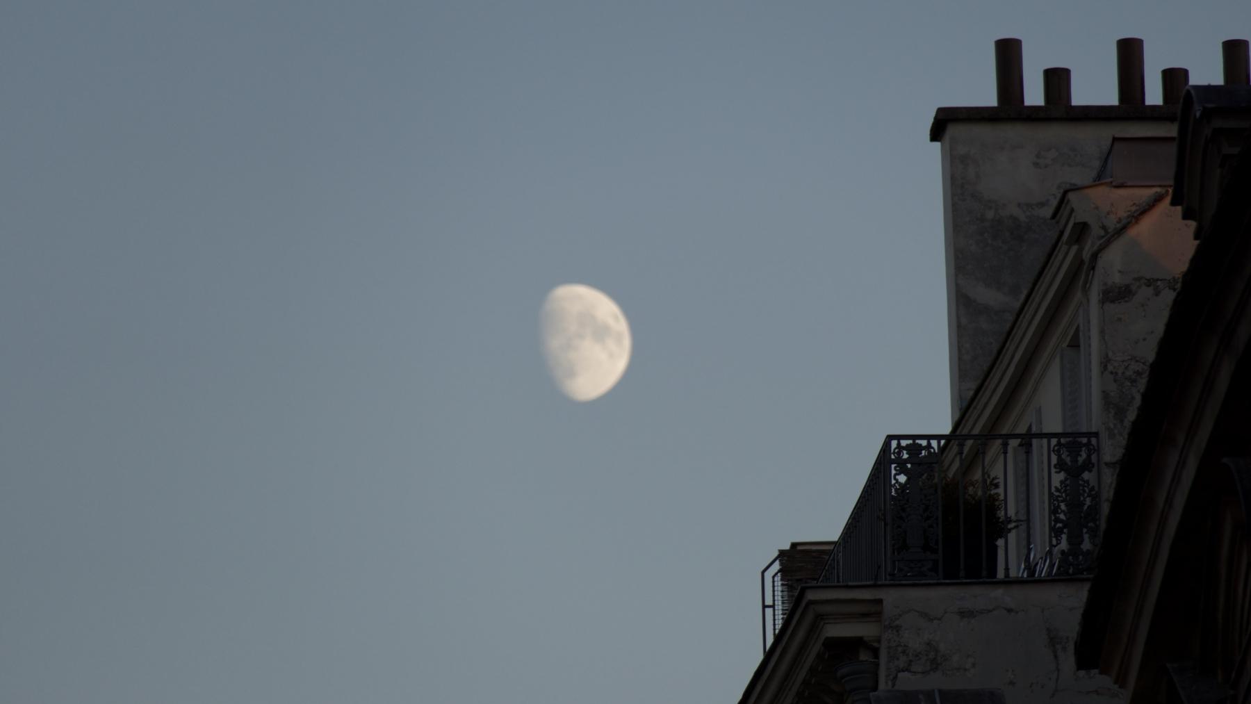 Lune toits de Paris